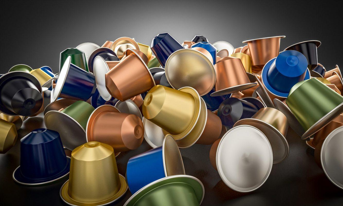 Eine bunte Vielzahl an Kaffeekapseln durcheinandergemischt.