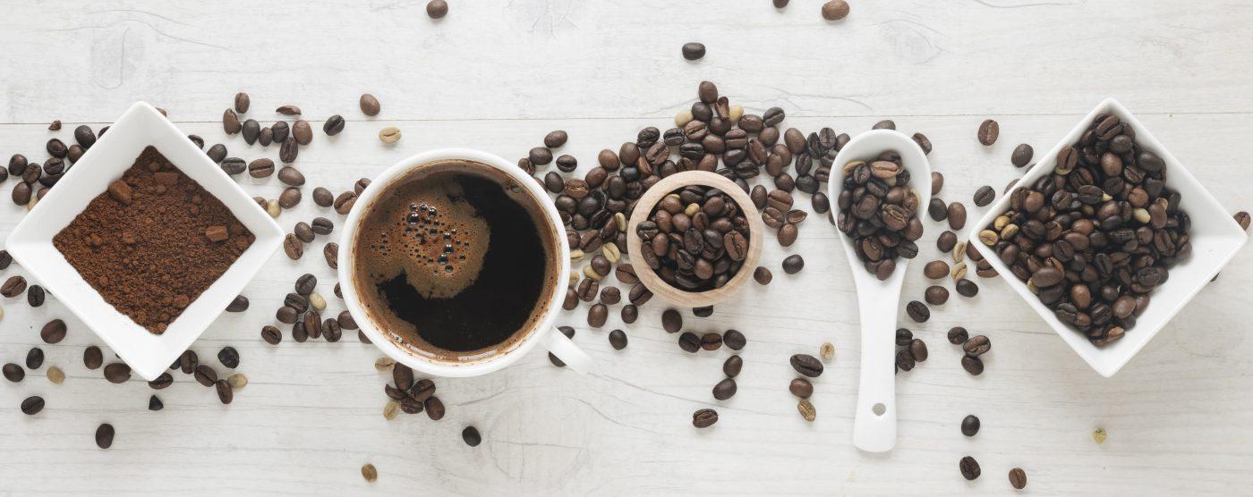 Kaffeebohnen auf weißem Tisch