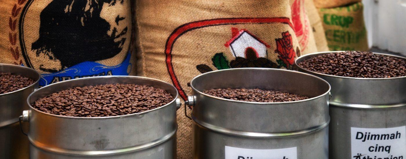 geröstete Kaffeebohnen in Blecheimern.