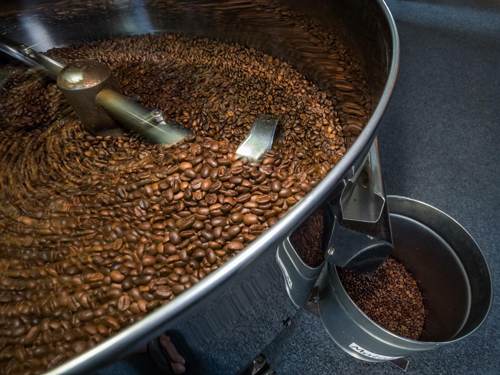 Kaffeebohnen im Trommelröster.