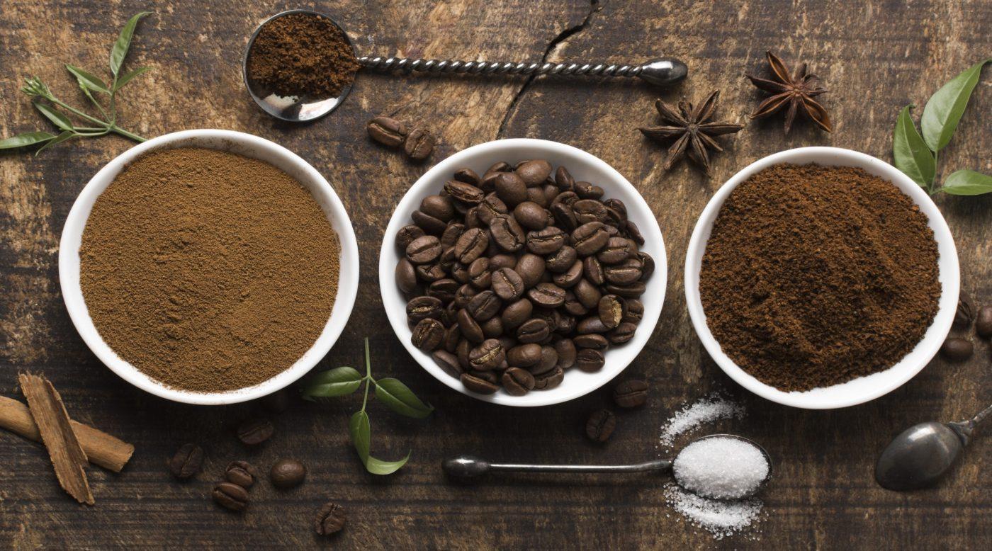 Kaffeepulver und Kaffeebohnen aus Vogelperspektive